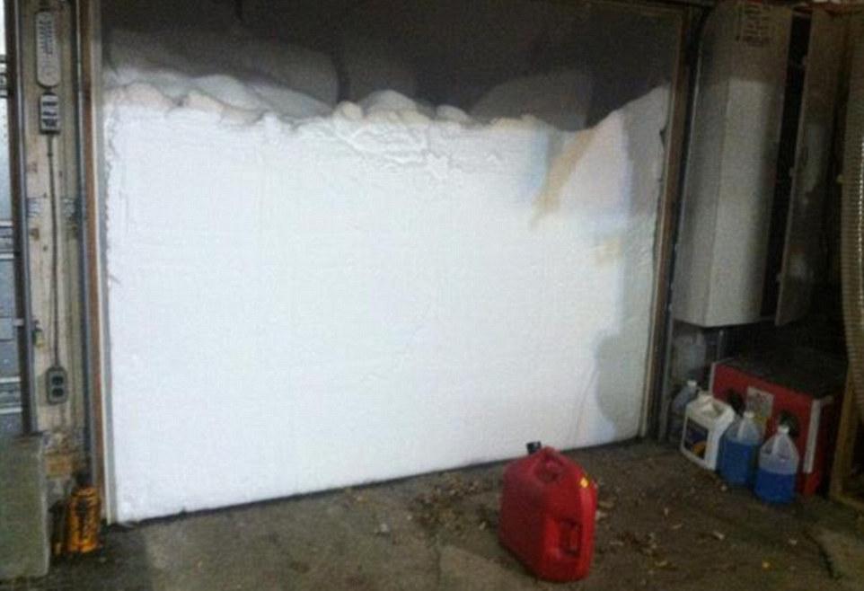снег перед гаражом