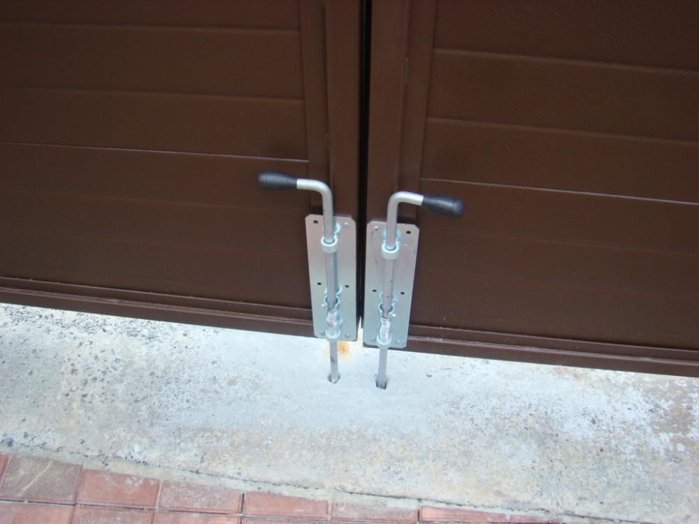 шпингалеты ворот гаража