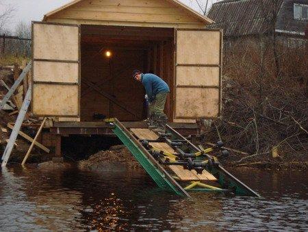 гараж для лодки на берегу