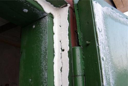 как закрыть щели в воротах гаража